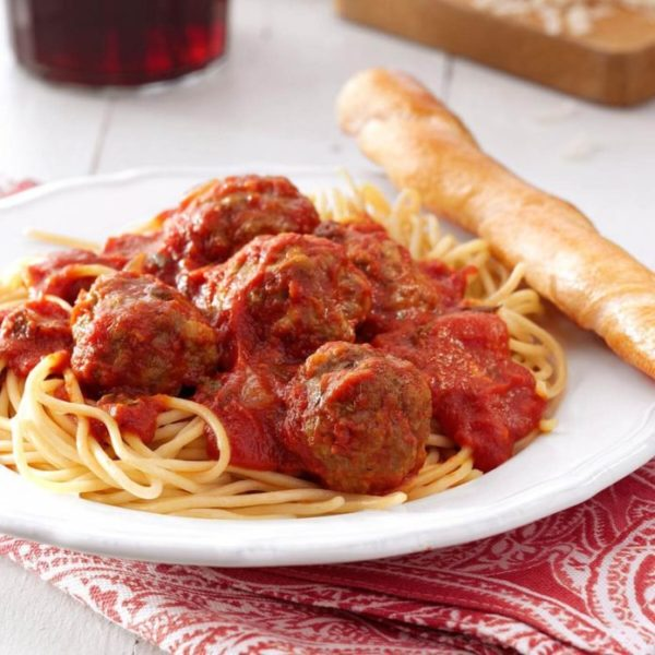Spaghetti and 2 meatballs served with garlic bread